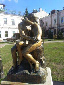Роденовский поцелуй на экскурсии по Иркутску