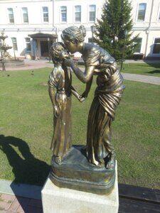 Мать с ребенком на экскурсии по Иркутску